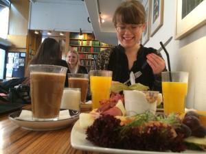 På bilden äter jag en sådan där svulstig frulle på Paludan Bokcafé i Köpenhamn!